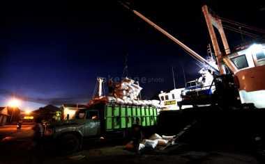 Cuaca Buruk, Calon Pemudik Tujuan Maselembo Tidur di Pelabuhan