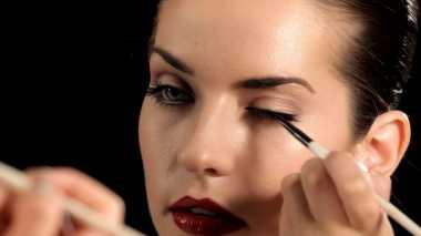 Tips Merias Mata dengan Eyeshadow dan Eyeliner