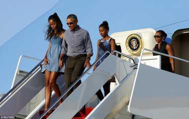OBAMA DI BALI: Turun dari Pesawat, Barack Obama Kenakan Pakaian Santai