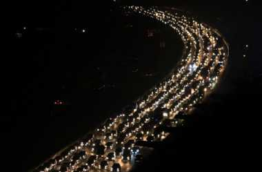 Bangunkan Pemudik yang Tidur di Bahu Jalan, Cara Petugas Urai Kemacetan di Tol Jakarta-Cikampek