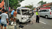 Mobil Pikap Berisi Satu Keluarga Tabrak Tiang Telefon di Jalur Mudik Ciamis