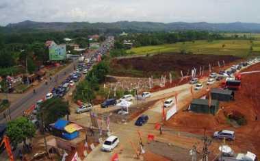 Pemudik Mobil yang Lewati Jalan Lintas Barat Sumatera Nekat Lawan Arus