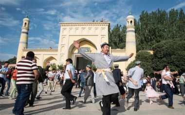 JELAJAH ISLAM: Tradisi Lebaran di China, Umat Islam Ziarah ke Makam Nenek Moyang