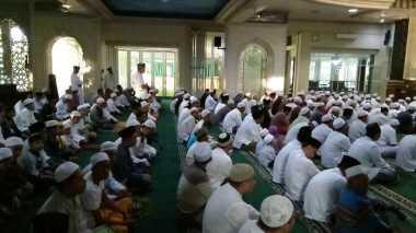 Rayakan Lebaran Hari Ini, Jamaah Masjid Al Marzuqiyah Gelar Salat Id