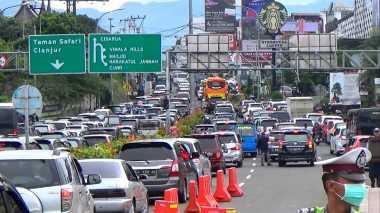 Macet 4 Km, Polisi Berlakukan Sistem Satu Arah di Jalur Puncak Bogor