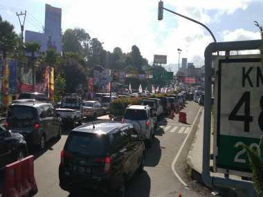 Jalur Puncak Macet Parah, Polisi: Jangan Gunakan Jalan Alternatif