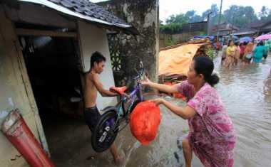 Hujan Lebat, Sejumlah Warga Bengkulu Rayakan Lebaran di Tengah Banjir