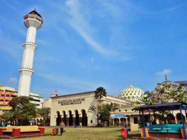 Beredar Kabar Hoax Menara Masjid Raya Bandung Roboh, Warga Panik