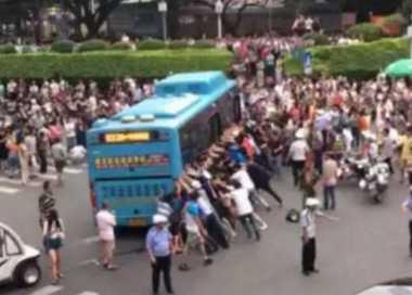 VIDEO: Kerumunan Coba Gulingkan Bus demi Selamatkan Seorang Kakek
