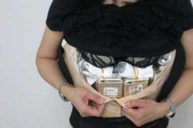 Perempuan China Sembunyikan 102 iPhone dan 15 Jam Tangan di Korset