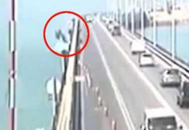 VIDEO: Ngeri! Truk di Spanyol Terjun ke Laut, sang Sopir Berhasil Selamat pada Detik Terakhir