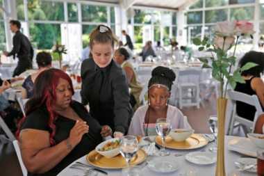 Batalkan Pernikahan, Perempuan Ini Sumbang Makanan Pesta untuk Ratusan Tunawisma