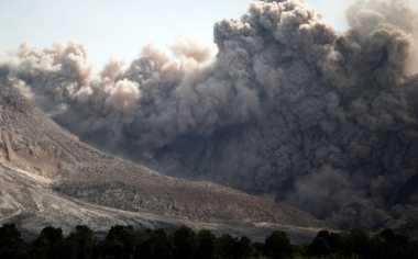 Tiga Kali Erupsi, Gunung Sinabung Semburkan Abu Vulkanik Setinggi 3,5 Km