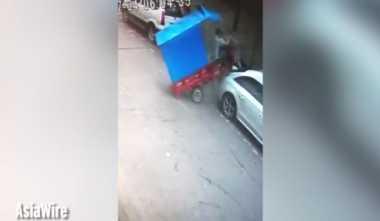 VIDEO: Kocak! Bemo Ini 'Parkir' di Atas Mobil Sedan