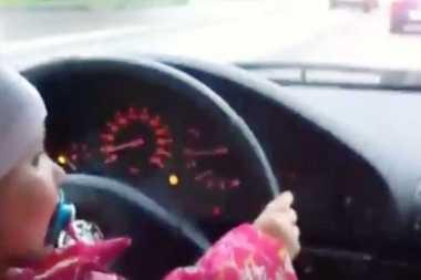 "VIDEO: Seorang Bocah Perempuan ""Menyetir"" di Jalan Ramai Hebohkan Warganet"