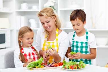 Jadilah Panutan untuk Tanamkan Pola Makan Sehat kepada Anak