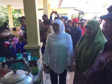 Mantap! Khofifah Bagikan Rp1 Miliar ke Korban Banjir di Belitung Timur