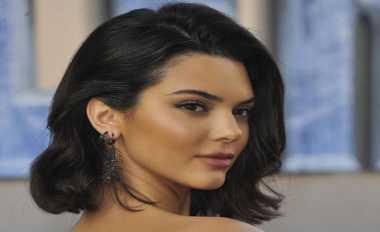 Tampil Dibalut Mini Crop Top, Kendall Jenner Pamer Tubuh Seksi