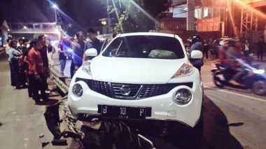 Nissan Tabrak Pembatas Jalur Busway di Matraman Arah Jatinegara