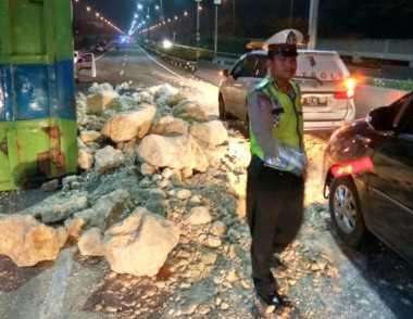 Truk Bermuatan Batu Terguling di Tol Kapuk KM 27 Arah Bandara Soetta