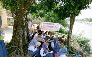 Kisah Polisi di Rawas Ilir yang Teguh Mendirikan Perpustakaan Terapung