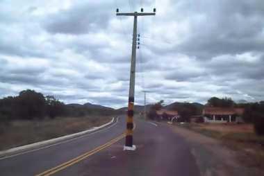 VIDEO: Ada-Ada Saja, Pemkot di Brasil Bangun Tiang Telefon di Tengah Jalan