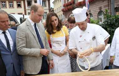 Serunya Pangeran William dan Kate Middleton Belajar Bikin Pretzel di Jerman