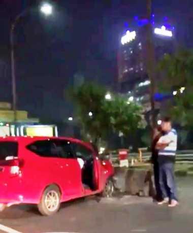Minibus Tabrak Separator Gerbang Tol Semanggi, Lalu Lintas Tersendat