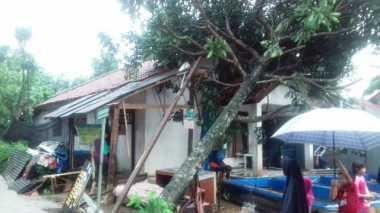 Akibat Terjangan Angin Puting Beliung, Sejumlah Rumah di Bogor Rusak Parah