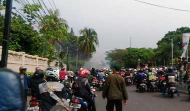 Hati-Hati Ada Angkot Terbakar di Pluit Village