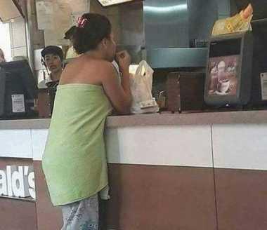 Netizen Heboh, Wanita Ini Pergi Beli Makanan Cepat Saji Pakai Handuk Doang