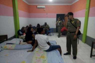 Indehoy Sambil Pesta Miras, 2 Pasangan Muda Digelandang Satpol PP
