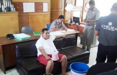 Tarif Air Naik, Pria Ini Gelar Aksi Numpang Mandi di Kantor DPRD Sumut