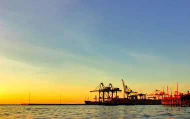 SHARE LOC: Cantiknya Siluet Matahari Terbenam di Tepi Pelabuhan Makassar