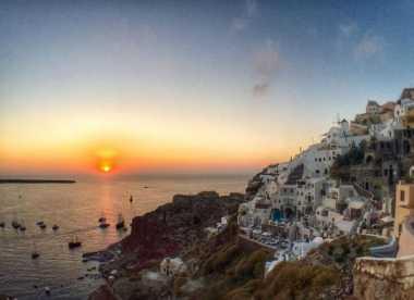 Romantisnya Menikmati Matahari Tenggelam di Santorini