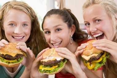 Makan Burger akan Lebih Nikmat Sambil Menutup Hidung?