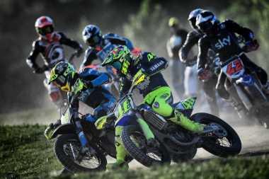 Jeda MotoGP 2017, Ini Aksi Rossi Balapan dengan Motorcross