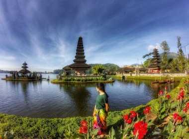 SHARE LOC: Melihat Cahaya Matahari Pagi di Balik Pilar-Pilar Pura Ulun Danu Beratan, Bali