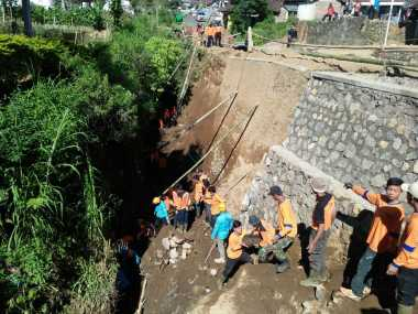 Menantang Medan Curam, Tim SAR Terus Cari Korban Longsor di Temanggung