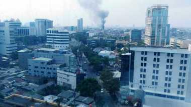 Kawasan Padat Penduduk di Senen Terbakar, 30 Unit Mobil Damkar Dikerahkan