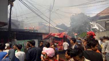 Kebakaran di Jalan Kembang Sepatu Senen, Petugas Damkar Berjibaku Padamkan Api