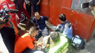 Petugas Damkar Terluka saat Padamkan Kebakaran di Jalan Kembang Sepatu Senen