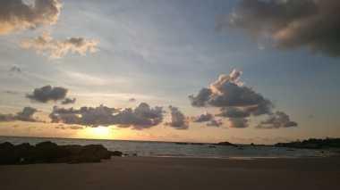 Kamping di Pantai Rambak, Menikmati Sunrise Merekah & Hangatnya Mentari Pagi