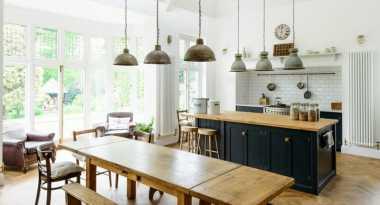 Tinggalkan Kursi Bar, Yuk Moms Pasang Sofa untuk Dapur yang Lebih Nyaman