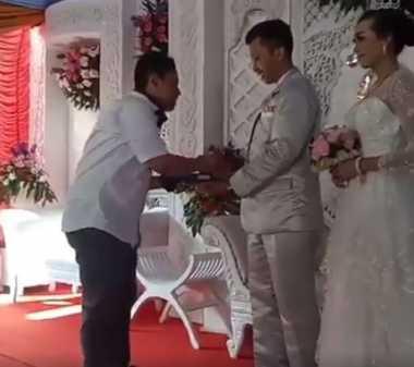 Kocak! Amplop Undangan di Pernikahan Ini Diganti Pakai Kartu ATM
