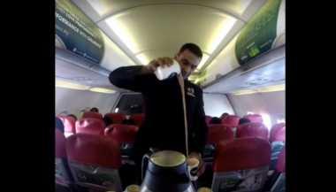 VIDEO: Mantap! Ini Aksi Pramugara Buat Teh Tarik di Dalam Pesawat