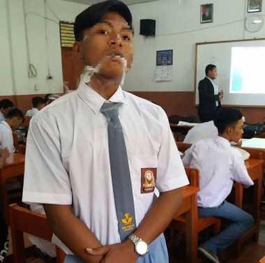 Astaga! Siswa SMK PGRI 38 Kedapatan Merokok di Kelas, Ini Foto-Fotonya