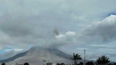 Pasca-Hujan Abu Vulkanik di Medan, Pagi Ini Sinabung Kembali Erupsi