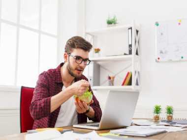 Waspada, Bahaya Mengintai Bagi Anda yang Suka Makan Siang di Meja Kerja