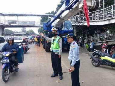Petugas Evakuasi JPO Roboh di Daan Mogot, Lalu Lintas Kembali Normal